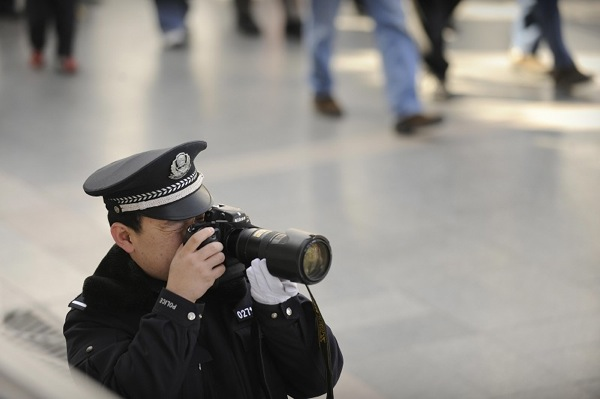 Вокруг площади Тяньаньмэнь полиция  в особом режиме фотографирует, проверяет документы, осматривает  сумки, останавливает  апеллянтов  и запрещает фотографировать журналистам. Фото с epochtimes.com