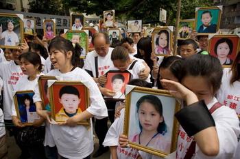 Родители погибших во время землетрясения школьников 1 июня в День ребёнка поминают своих погибших детей. Фото: Andrew Wong/Getty Images