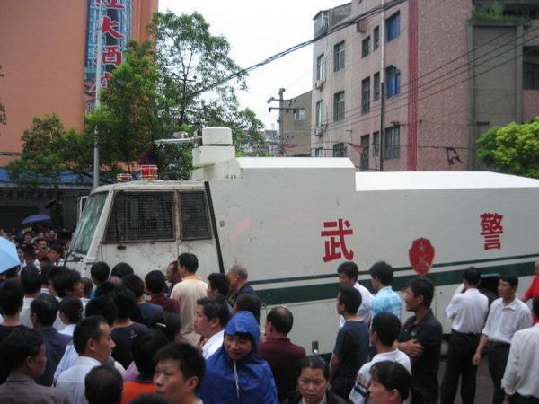 Многотысячный народный бунт начался в полдень 19 июня в городе Шишоу провинции Хубэй. Фото с ntdtv.com