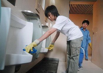 Китайские студенты, окончившие ВУЗ, вынуждены работать в общественных туалетах из-за безработицы. Фото: img.secretchina.com