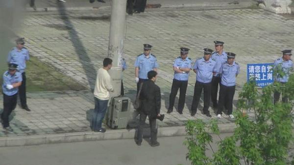 Вокруг здания суда стоит полицейское оцепление. 1 июня 2009 год. Районный суд города Ичунь провинции Хэйлунцзян