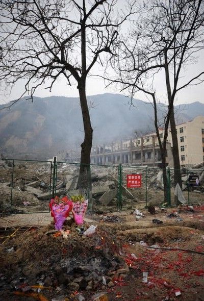 Жители пострадавших от землетрясения районов поминают своих погибших родных. Провинция Сычуань. 25 января 2009 г. Фото: China Photos/Getty Images