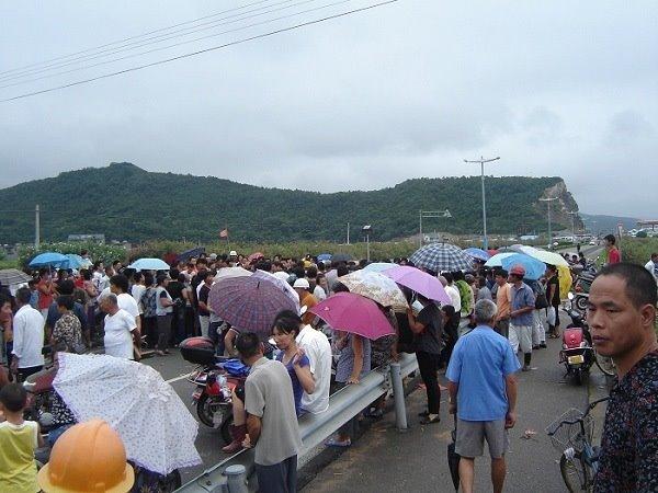 Более 3000 крестьян вышли на акцию протеста, перекрыв трассу. Уезд Сяншань провинции Чжэцзян. 25 июля 2009 год. Фото с epochtimes.com