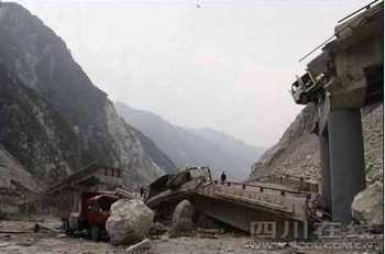 Камнепад разрушил мост в уезде Вэньчуань провинции Сычуань 25 июля 2009 год. Фото: epochtimes.com
