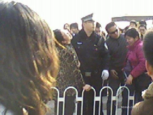8 марта на площади Тяньаньмэнь 4 апеллянтки распространяли листовки SOS. Фото с epochtimes.com