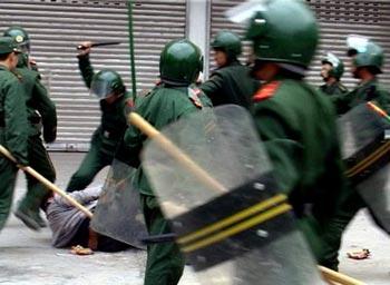 За все 60 лет правления КПК в решение проблем опирается на ложь и насилие. Фото: AFP