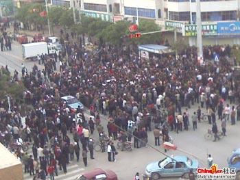 Акция протеста против произвола полиции в уезде Хуэйнин провинции Ганьсу. Фото с epochtimes.com
