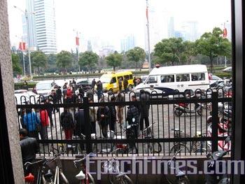 Апеллянты возле шанхайского офиса приёма обращений граждан. Фото: The Epoch Times