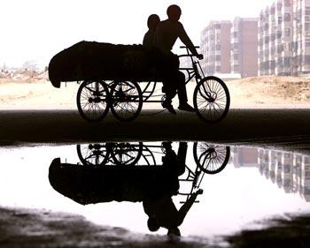 Сколько же рабочих-мигрантов, потерявших работу в действительности...? Фото: Стефен Шавер/AFP