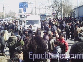 Более тысячи прохожих собрались на крики девушки, которую избивали полицейские   агенты. Фото: The Epoch Times