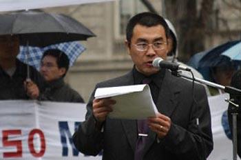 Бывший китайский шпион, Ли Фэнчжи зачитывает своё заявление о выходе из компартии. Фото: The Epoch Times