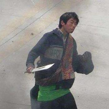 Китайский эмигрант в Тайланде подтвердил, что видел, как китайские солдаты переодевались в тибетскую одежду, брали палки и ножи, и шли на улицы Лхасы. На фото один из них, которого специально сфотографировали китайские корреспонденты в качестве «доказательства» «враждебно-настроенных тибетцев» и распространили по западным СМИ. Фото: Великая Эпоха