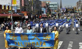 Крупное шествие последователей Фалуньгун в Нью-Йорке, приуроченное к 10-летию со дня   массовой мирной апелляции в Китае. 25 апреля 2009 г. Фото: minghui.org