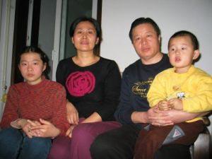 Адвокат Гао Чжишен со своей семьёй. Фото с epochtimes.com