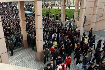 Очередь на сдачу экзаменов на должность госслужащего. 15 марта 2009 г. Фото с epochtimes.com