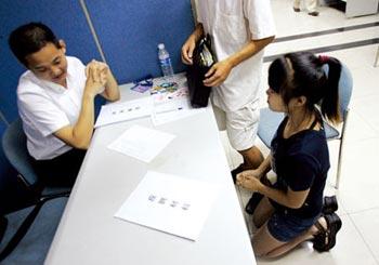 Выпускница института на коленях умоляет принять её на работу. Фото с epochtimes.com