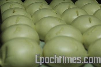 В Китае для улучшения запаха в пампушки добавляют токсичный химикат. Длительное   употребление в пищу мантов с такими «добавками» приводит к заболеваниям печени и почек, а в некоторых случаях и к раку. Фото с epochtimes.com