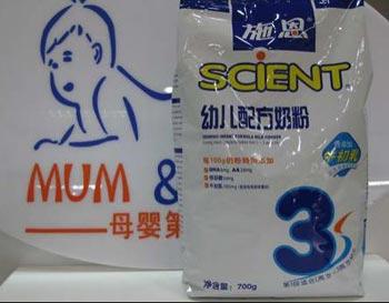 В молоке китайской компании «Shien» обнаружено содержание меламина в 100 раз превышающее норму. Фото с epochtimes.com