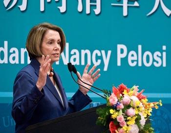 Нэнси Пелоси  выступает с лекцией в пекинском институте Чинхуа. 28 мая. 2009 г. Фото: Andy Wong-Pool/Getty Images