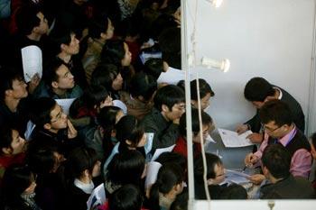 На ярмарке труда в Пекине было 40 тыс. выпускников и 14 тыс. рабочих мест. Декабрь 2008 год. Фото: Getty Images