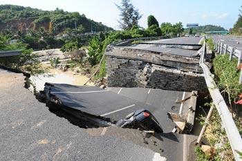 На водохранилище Бофэн обвалилась плотина вместе с частью трассы. 27 марта. Фото с epochtimes.com
