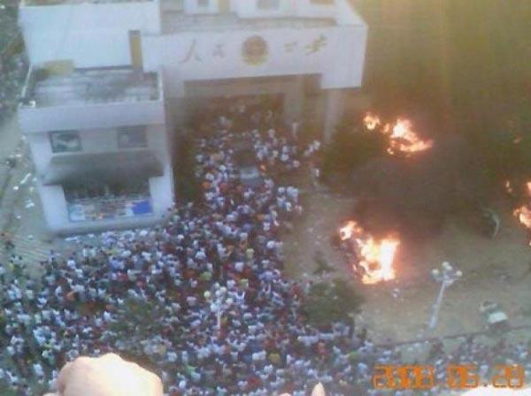 Почти 10 000 возмущенных людей напали на здание местного правительства и подожгли бюро   общественной безопасности после того, как была изнасилована и убита студентка из города   Вэньань в провинции Гуйчжоу. Фото: The Epoch Times