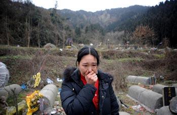 Жительница пострадавшего от землетрясения района провинции Сычуань оплакивает своих   погибших родных. Фото: Getty Images