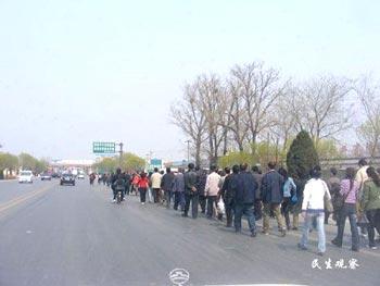 Рабочие прорвались через преграду полицейских и идут по направлению к Пекину. Фото с сайта epochtimes.com