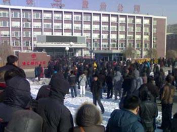 Более тысячи рабочих сталелитейного завода в Цзилинь собралось на митинге протеста. Фото: RFA