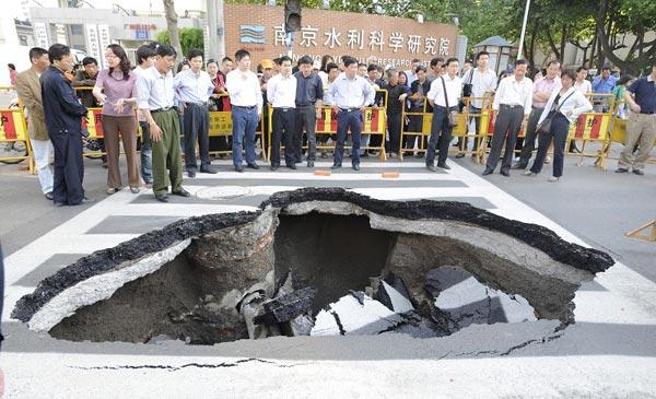 В городе Нанкине под землю провалился участок дороги. Фото с epochtimes.com