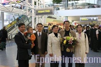 Хэ Саньбу со своей семьёй в аэропорту в Новой Зеландии. Фото: The Epoch Times