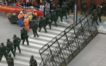 Десятки   тысяч военных размещены в зонах, где преобладают тибетцы, чтобы быстро   отреагировать на неожиданные инциденты. Фото: Великая Эпоха