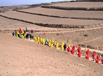 Поход через иссушенные поля в районе Юйчжун провинции Ганьсу на северо-западе Китая должен принести дождь. Фото: AP Photo