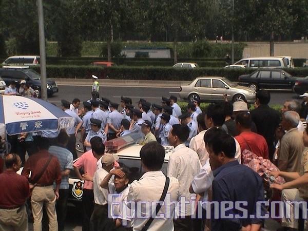Около тысячи апеллянтов приняли участие в акции протеста против действий правительства. 20 июня. Пекин. Фото: The Epoch Times