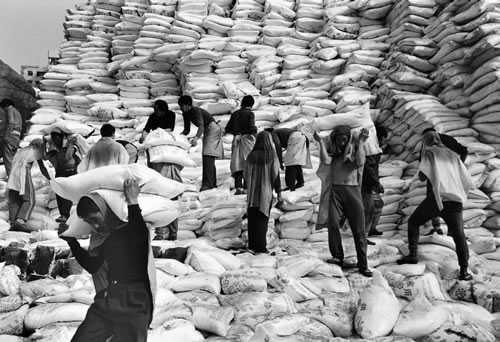 Грузчики на пристани. Город Чунцин. 1995 год. Фото: Yu Zhixin