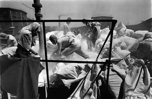 Рабочие в респираторах переносят мешки с химикатами. Провинция Ляонин. 1998 год. Фото: Lin Yunyu