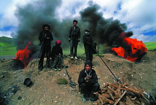 Молодые тибетцы на ремонт трассы. Провинция Цинхай. 1992 год. Фото: Yang Bingzheng