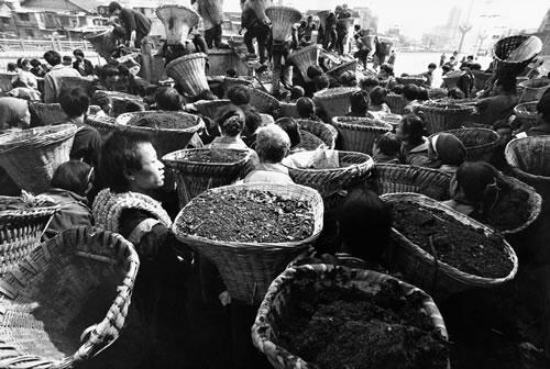 Рабочие носят грунт, расширяя фарватер реки Нанминхэ. Горд Гуйян провинция Гуйчжоу. 1997 год. Фото: Kan Taisen
