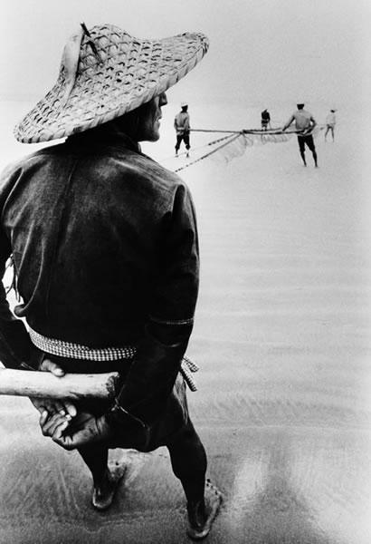 Рыбак на берегу. Провинция Гуандун. 1991 год. Фото: Zhang Jianguo