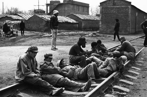 Рабочие ждут, когда будет работа. Провинция Хэнань. 1997 год. Фото: Zhu Qinhe