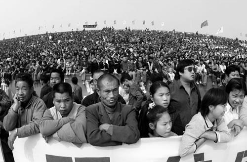 Крестьяне ожидают выступлений артистов. Город Вэйхуэй провинции Хэнань. Сентябрь 2002 год. Фото: Zhu Qinhe