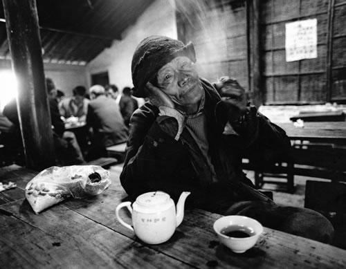 Лодочник каждый день перед отплытием, заходит в чайную выпить чая. Провинция Чжецзян. 1990 год Фото: Yu Zhixi