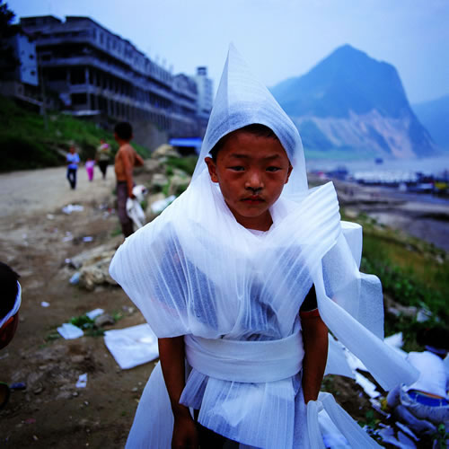 Парень, развлекаясь, сделал себе одежду из упаковочного материала. Провинция Хубэй. 2002 год. Фото: Yan Changjiang