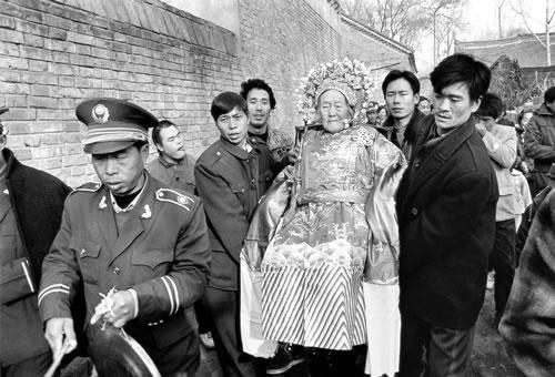 Дети и внуки торжественно несут 95-летнюю бабушку и мать отмечать юбилей. Провинция Хэнань. 1995 год. Фото: Gao Hongxun