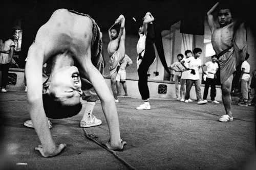 Тренировка юных артистов. Провинция Гуандун. 1999 год. Фото: Ceng Yichen