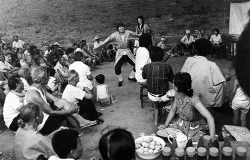 Люди собрались послушать хэнаньскую банцзы (тип китайской музыкальной драмы). Город Сиан провинции Шэньси. 1986 год. Фото: Dan Baoxiu