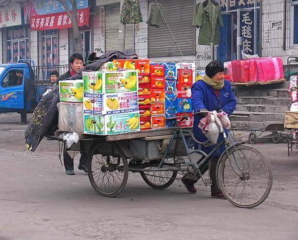 Раннее морозное утро, лоточники везут свой товар на рынок. Провинция Ганьсу. Фото: Zhenda