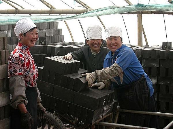 Работницы кирпичного завода г.Хулудао провинции Ляонин. Фото: Zhenda