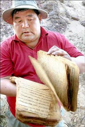 Адан Цзежуэр показывает найденные недавно манускрипты монастыря Хамар. Фото: AFP