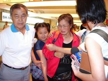 Увидев родных в аэропорту Шао не сдержала слез. Фото: Великая Эпоха
